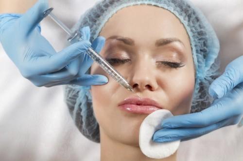 больно ли делать уколы в губы