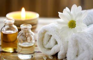 полотенце и масло для массажа